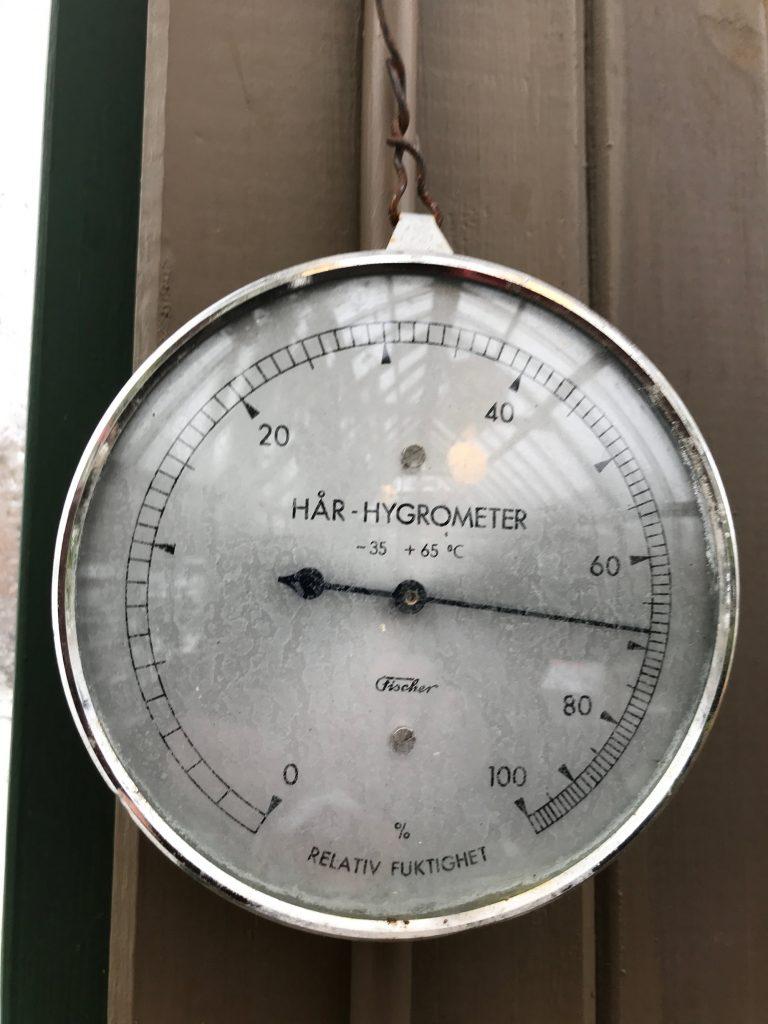 Hygrometer som visar 70% fuktighet