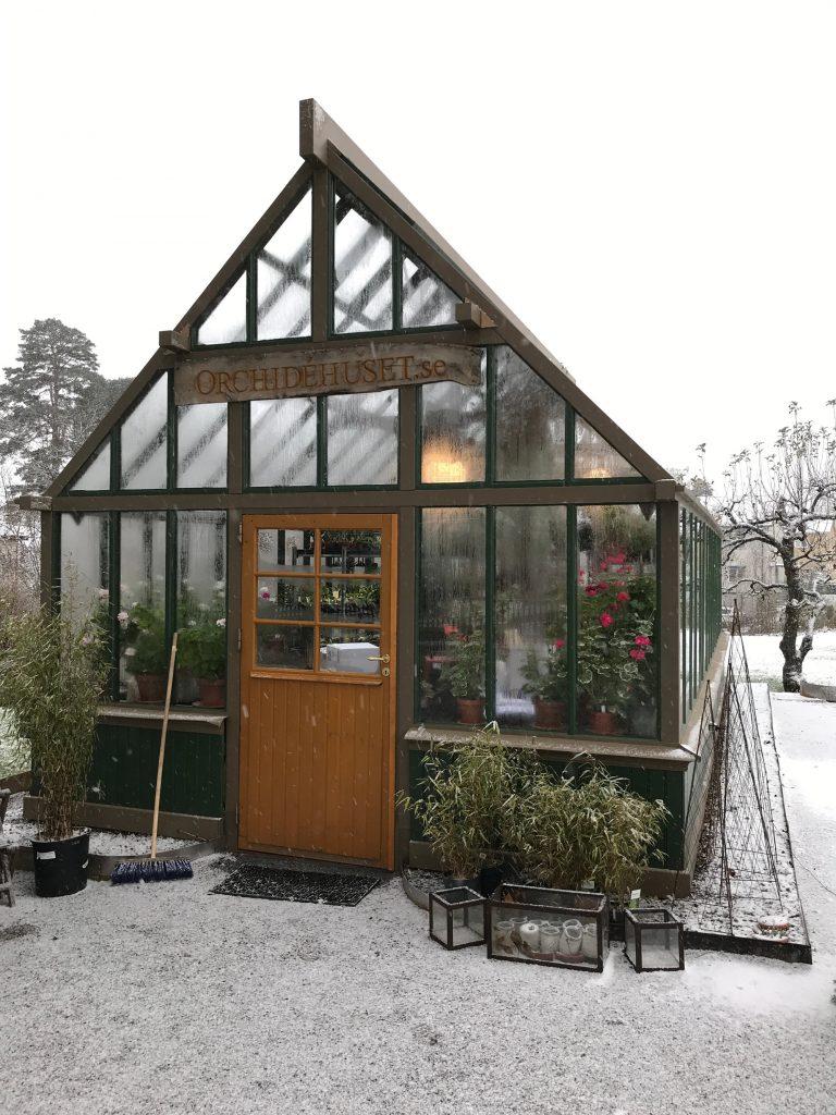 Exteriörbild av växthuset med lite snö på marken